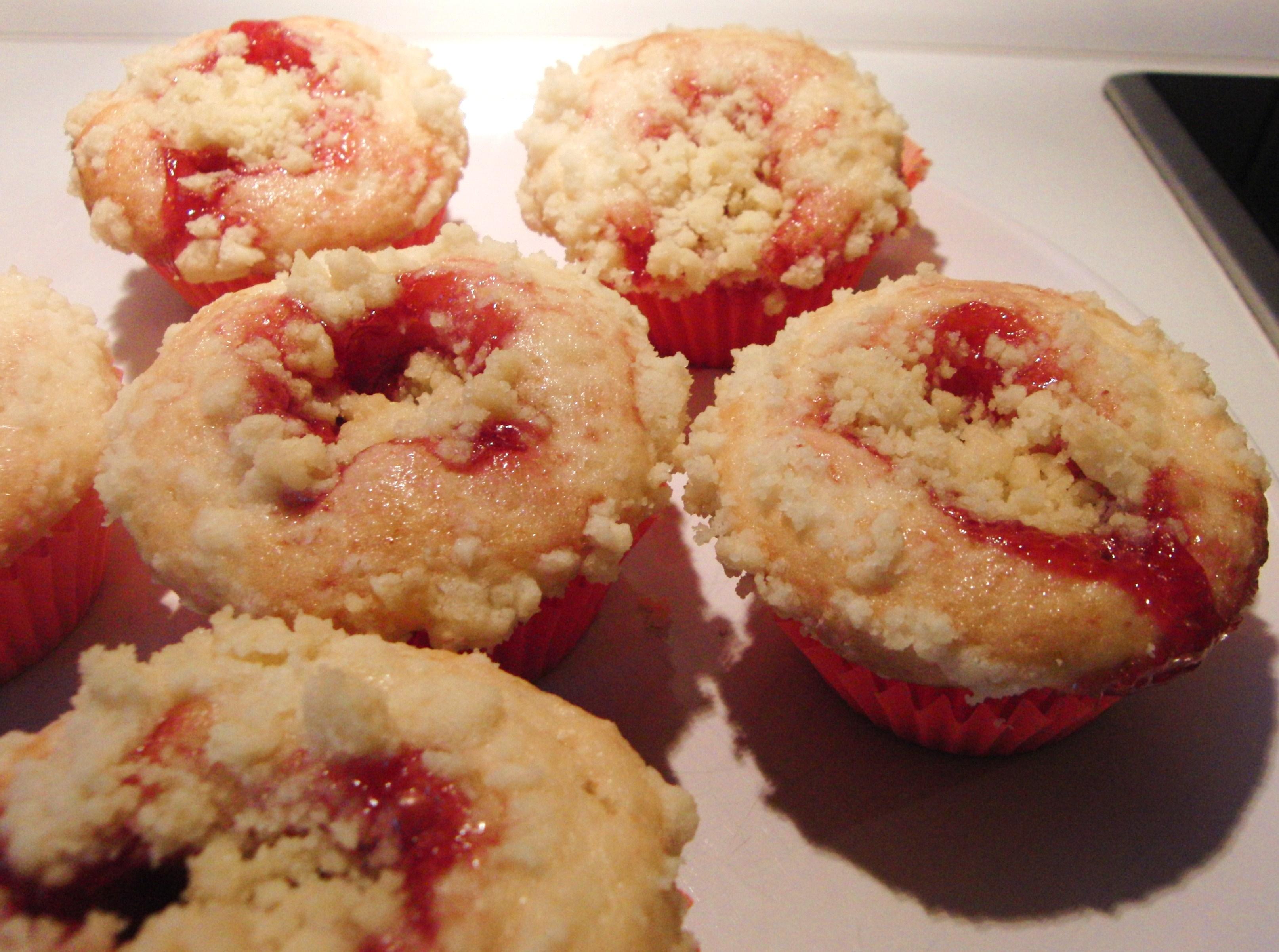 herrlich fruchtig erdbeer streusel muffins fr ulein ella. Black Bedroom Furniture Sets. Home Design Ideas
