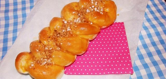 Hefezopf mit Aprikosen