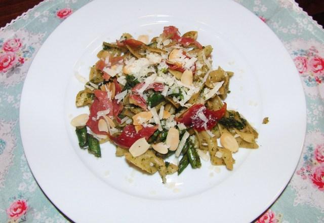 Tagliatelle mit Mandelpesto, grünem Spargel und Parmaschinken