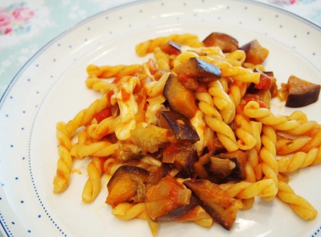 Pasta mit Aubergine und Mozzarella
