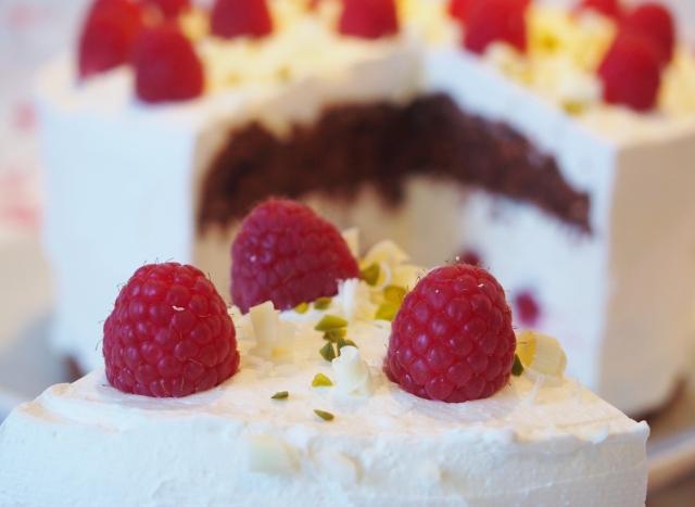 Vanille-Schoko-Torte mit Himbeeren
