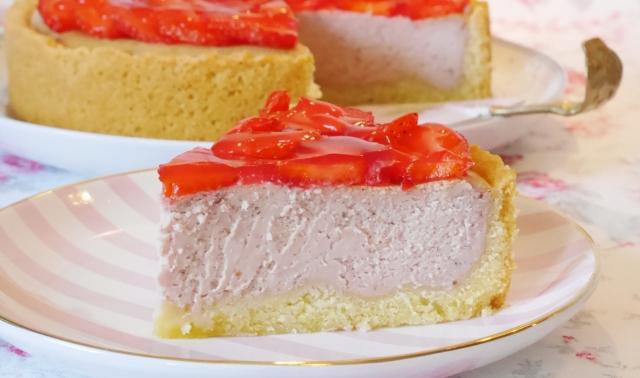 Erdbeer-Käsekuchen mit weißer Schokolade