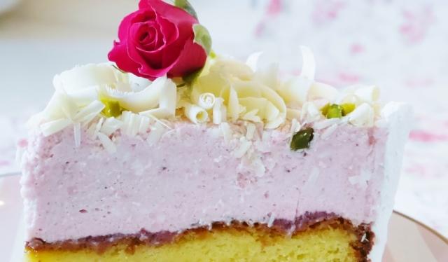 Weißer Schokoladenkuchen mit Erdbeermascarpone