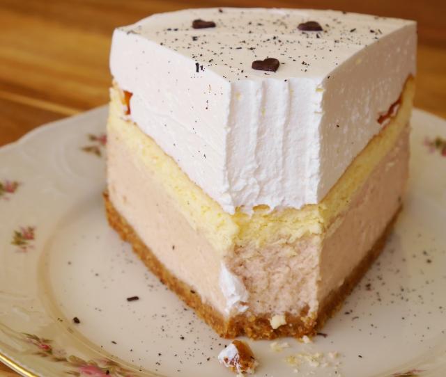Holunder-Erdbeer-Cheesecake mit Schmandhaube